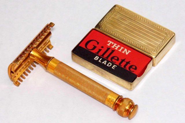 Holicí strojek Gillette s dvojitým břitem používaný v USA okolo roku 1930