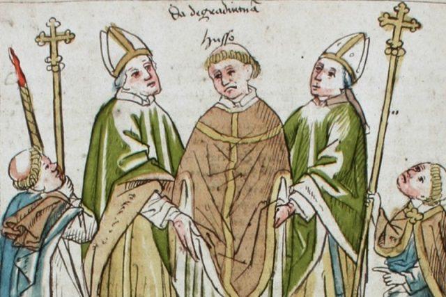 Jan Hus je zbaven své kněžské důstojnosti a veden ven z města | foto:  Ulrich von Richenthal,  Wikimedia Commons,  CC0 1.0