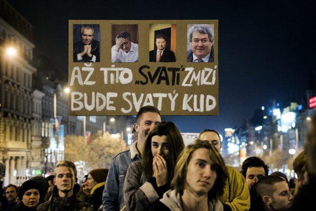 Mladí lidé s transparenty protestují na Václavském náměstí proti Andreji Babišovi