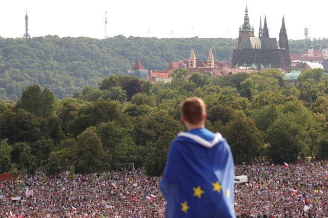 Pražský hrad na pozadí zaplněné Letné