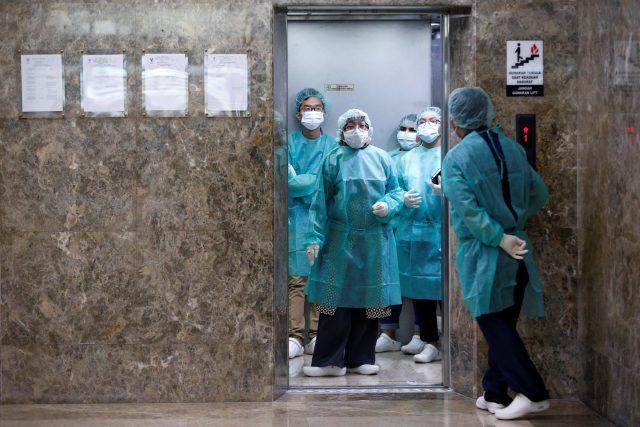 Lékaři v Indonésii se připravují na tiskovou konferenci kvůli koronaviru v Číně