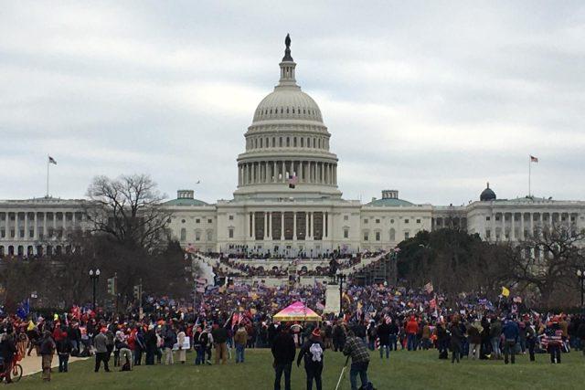 Budova Kapitolu v obležení protestujicích