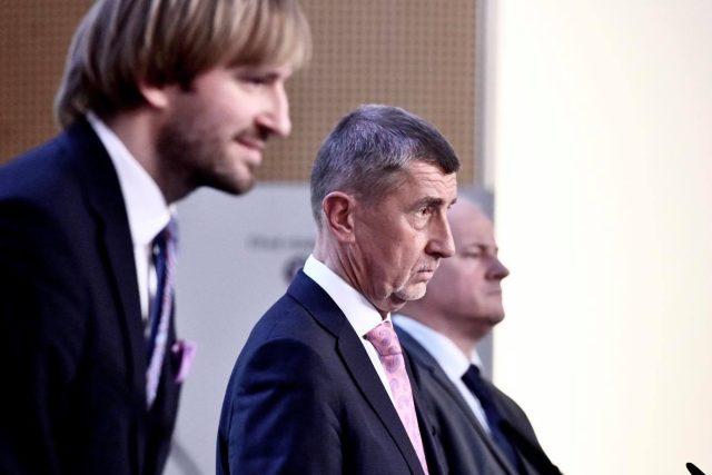 Ministr zdravotnictví Adam Vojtěch, premiér Andrej Babiš a náměstek ministra zdravotnictví a epideimolog Roman Prymula (zleva doprava) na tiskovém brífinku ke koronaviru