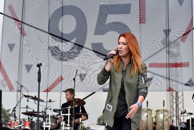 Návštěvníkům narozeninového koncertu zazpívala i Deborah Kahl, známá jako Debbi.