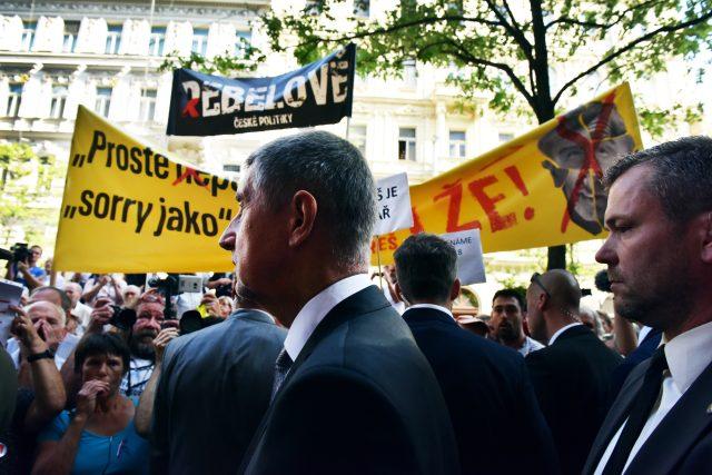 Premiér Andrej Babiš hovoří před budovou Českého rozhlasu při pietním aktu na počest obětí okupace 1968.