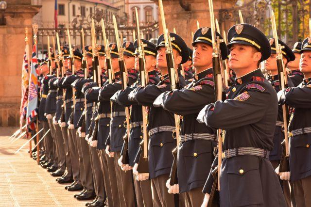 15. března 1990 byly zavedeny nové uniformy, které navrhl filmový výtvarník Theodor Pištěk. Hradní stráž je používá dodnes, přestože se několikrát diskutovalo o jejich změně.