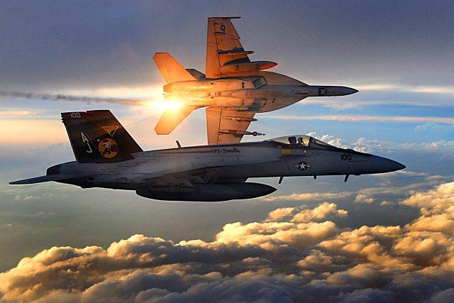 F/A-18 Super Hornet nad Afghánistánem v prosinci 2008 | foto: Staff Sgt. Aaron Allmon,  U.S. Air Force,  Wikimedia Commons,  CC0 1.0