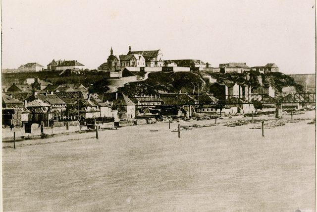 Vyšehrad a Podskalí od mostu Palackého k Železničnímu mostu kolem 1875 | foto: Muzeum hlavního města Prahy