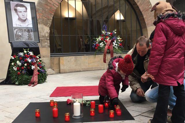 Na nádvoří Univerzity Karlovy v Praze byla odhalena pamětní dlaždice k výročí upálení Jana Palacha