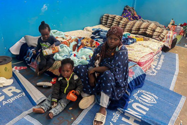 Žena s dětmi z detenčního tábora pro uprchlíky v Libyi.