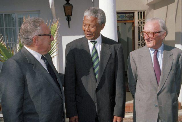Peter Carrington (vpravo) s bývalým ministrem zahraničí USA Henry Kissingerem (vlevo) a bývalým prezidentem Jihoafrické republiky Nelsonem Mandelou