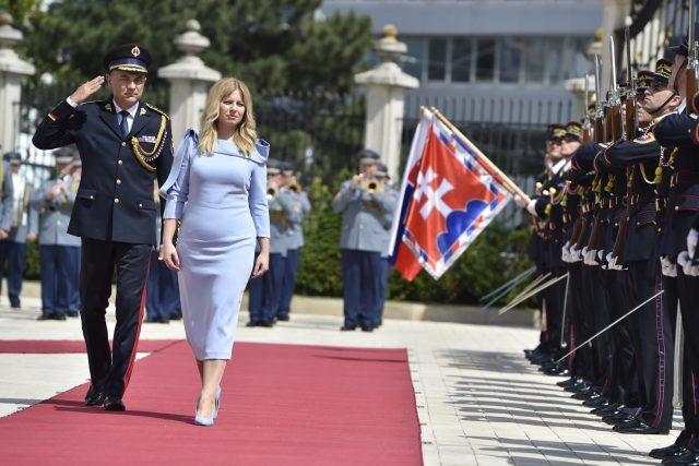 Slovenská prezidentka Zuzana Čaputová při přehlídce čestné stráže před prezidentským palácem