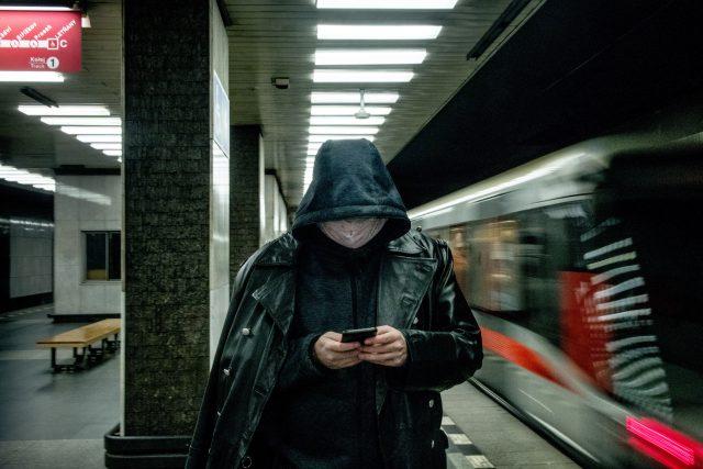 Muž na nástupišti stanice metra. | foto: Michaela Danelová,  iROZHLAS.cz