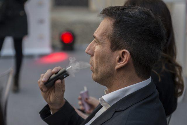 Alternativní cigareta se zahřívaným tabákem, zahřívaný tabák, kouření, cigarety (ilustrační foto)