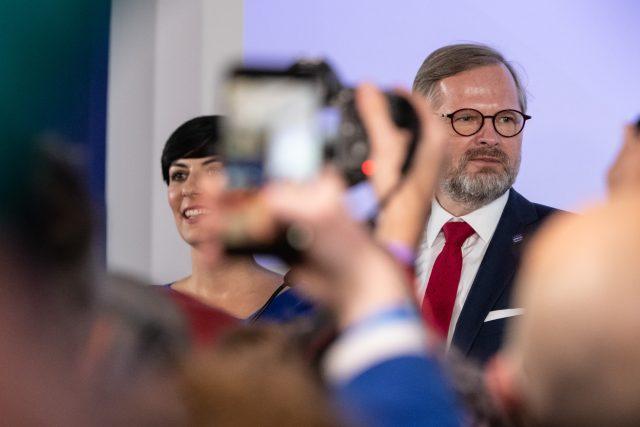 Petr Fiala a Markéta Pekarová Adamová ve volebním štábu.   foto: René Volfík,  iROZHLAS.cz