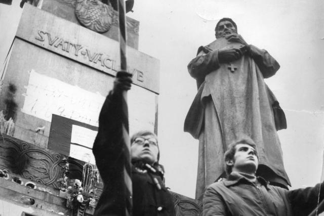 Demonstranti před sochou svatého Václava. Demonstrace proti okupaci,  srpen 1969   foto: Marie Čcheidzeová,  Wikimedia Commons,  CC BY-SA 4.0