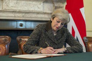 Britská premiérka Theresa Mayová podepisuje dopis, kterým se aktivu článek 50 Lisabonské smlouvy