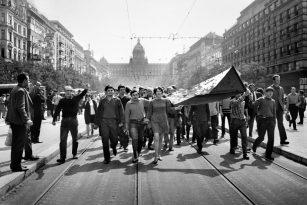 """Čestné uznání získala Libuše Kyndrová za fotografii """"Vlajka, Václavské náměstí"""" ."""